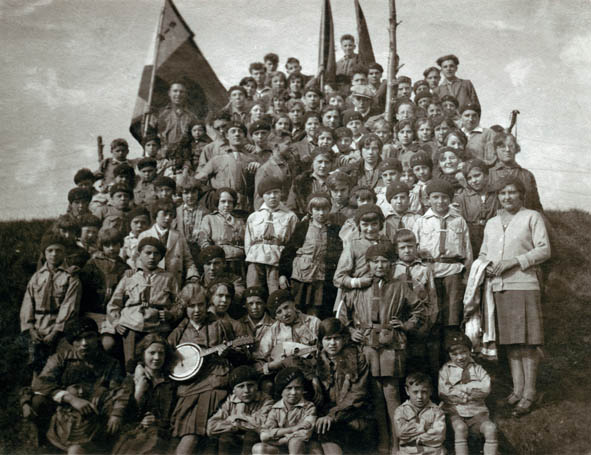 Black and white photograph of a group of SJW (Socialist Young Guard) (Red Falcons) in Ninove, 26 September 1931