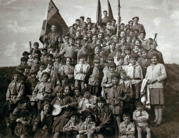 Schwarz-Weiß-Fotografie einer Gruppe von SJW (Sozialistische Junge Garde) (Red Falcons) in Ninove, 26 September 1931